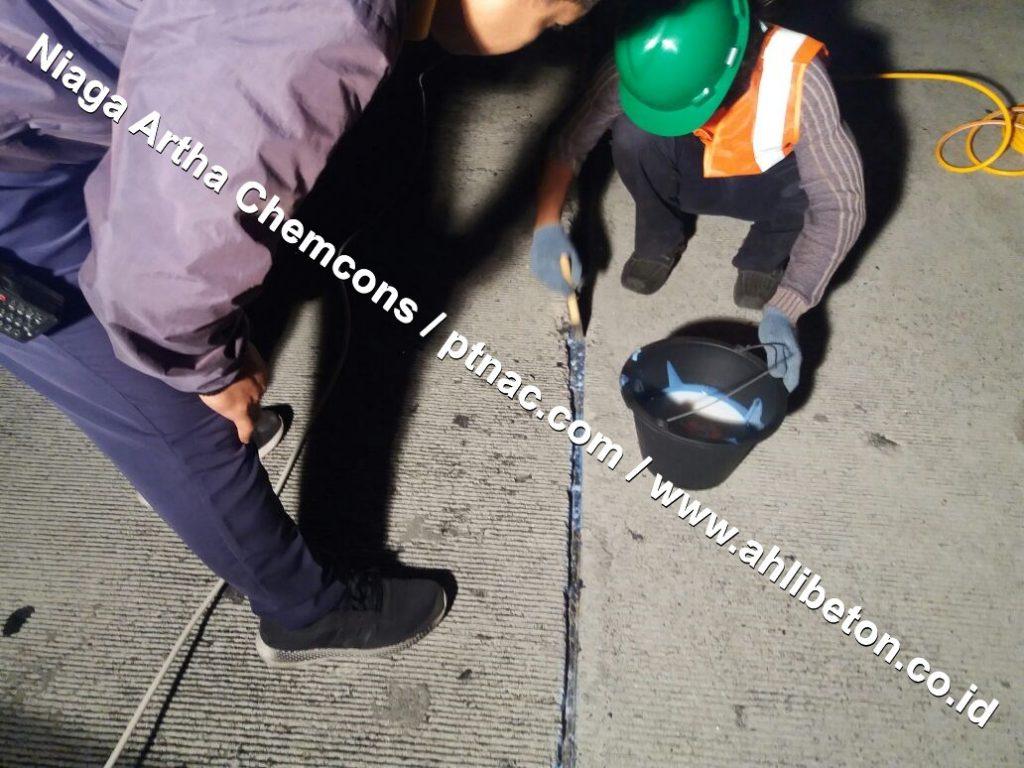 Pasang sealant di jalan beton